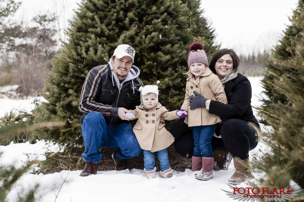 Outdoor winter family photos in Niagara